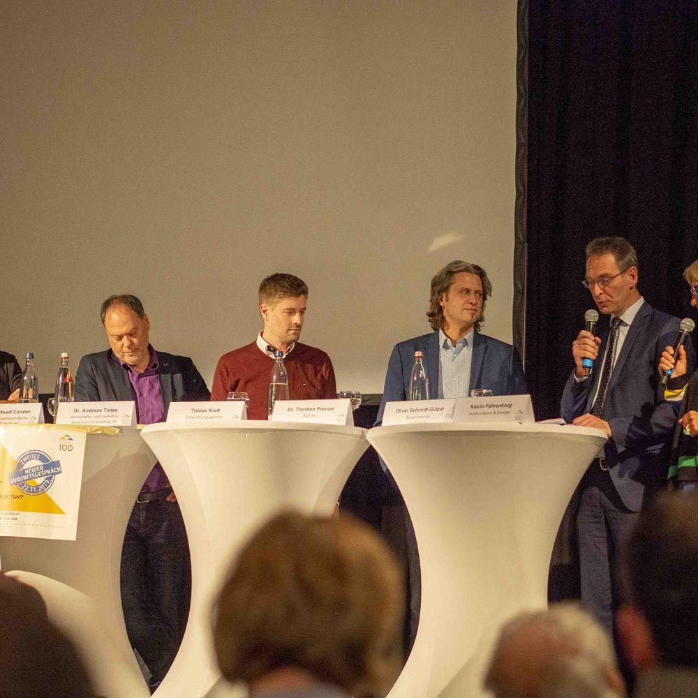 Podiumsdiskussion beim 2. Heider Zukunftsgespräch u.a. mit Dr. Andreas Tietze (Landtagsabgeordneter), Bürgermeister Oliver Schmidt-Gutzat und Dr. Torben Prenzel (Rad.SH)